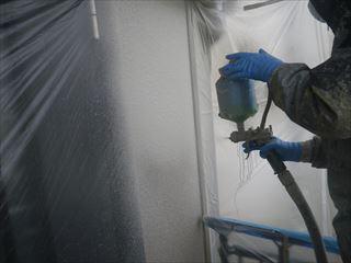 外壁塗装ガイナ吹き付け1回目2