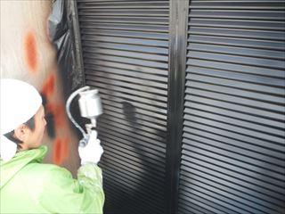 雨戸塗装上塗り2回目吹き付け