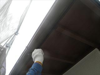 下屋の軒樋の上塗り塗装2日目