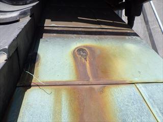 玄関庇の銅板の穴
