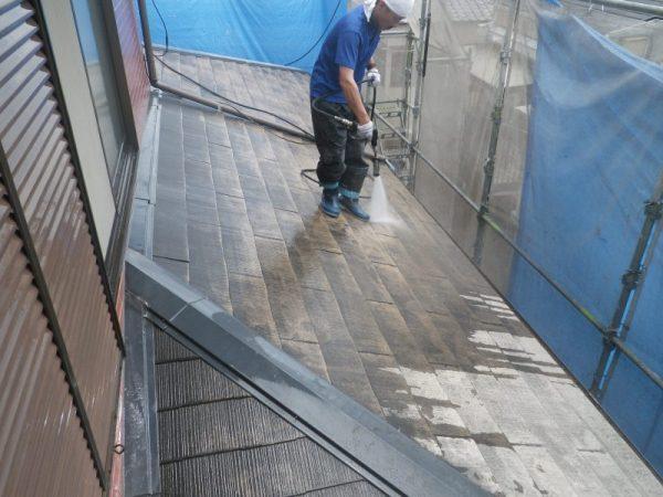 屋根高圧洗浄後の汚れ落とし