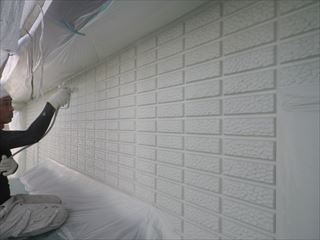 外壁上塗り1回目吹き付け